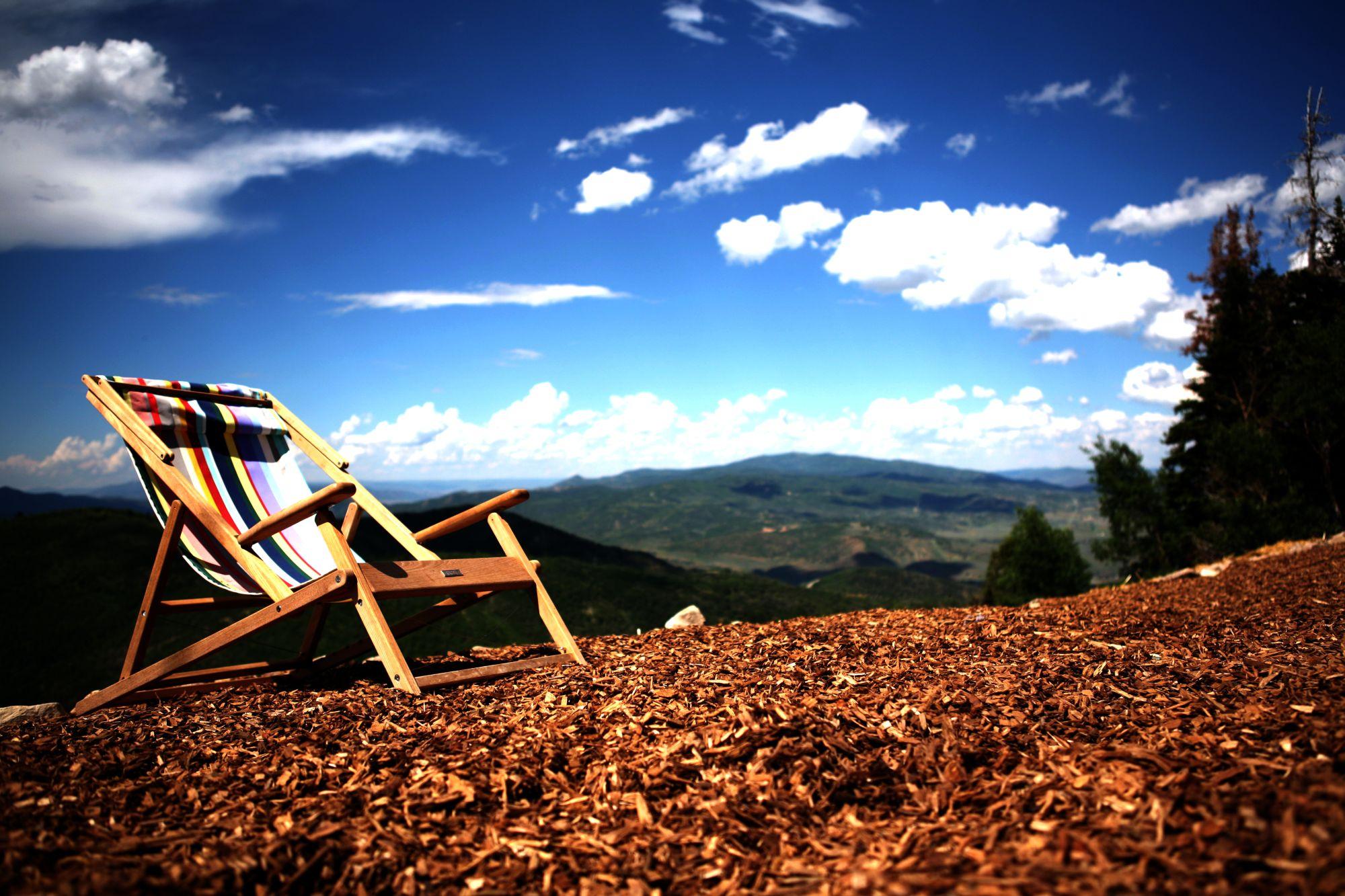 Luie stoel boven op de berg in de zon