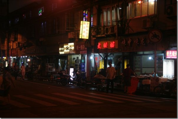 shanghai-shopping-at-night